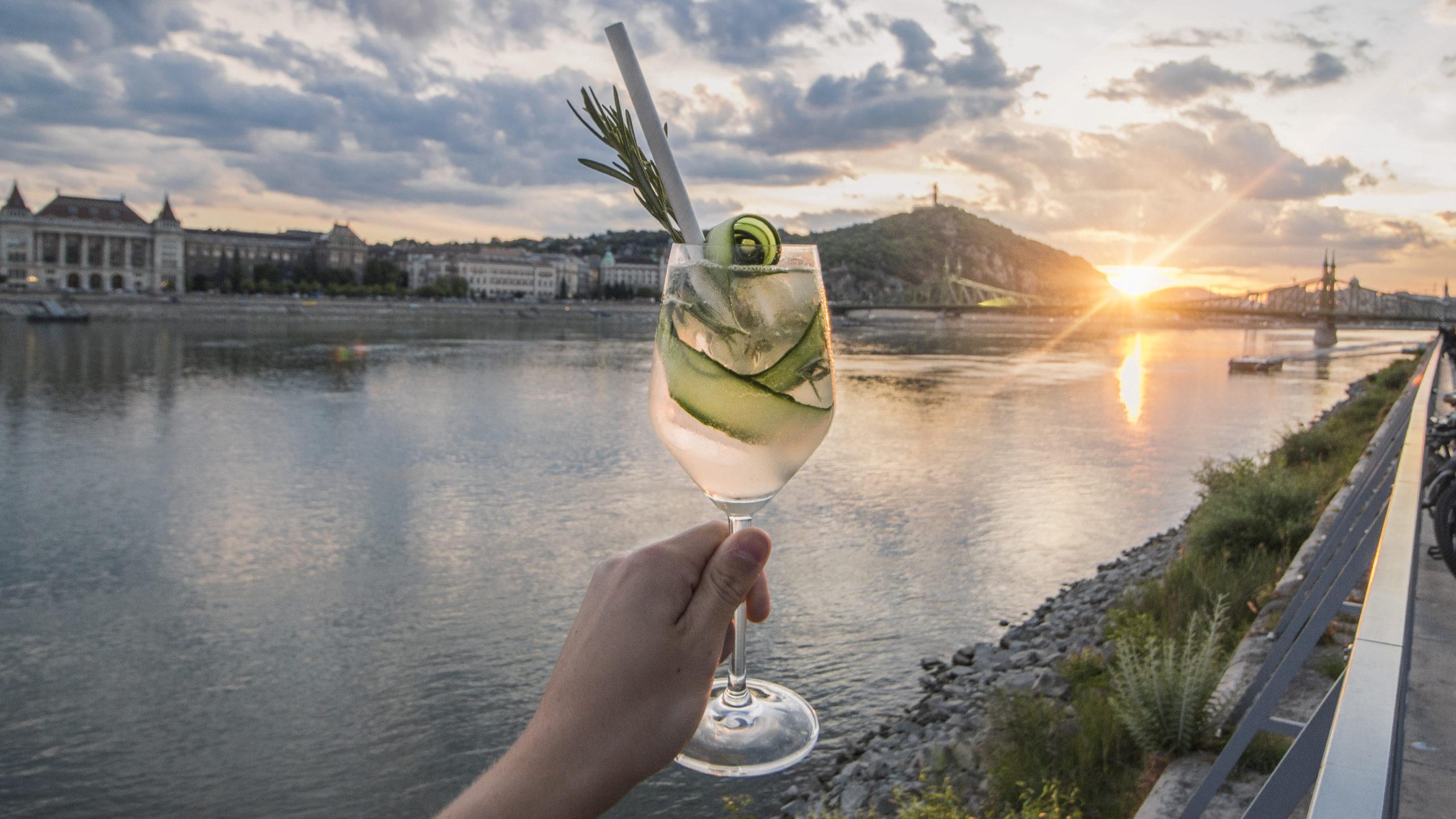 Panorámás Gin Tonic Budapesten a Bálna Teraszon