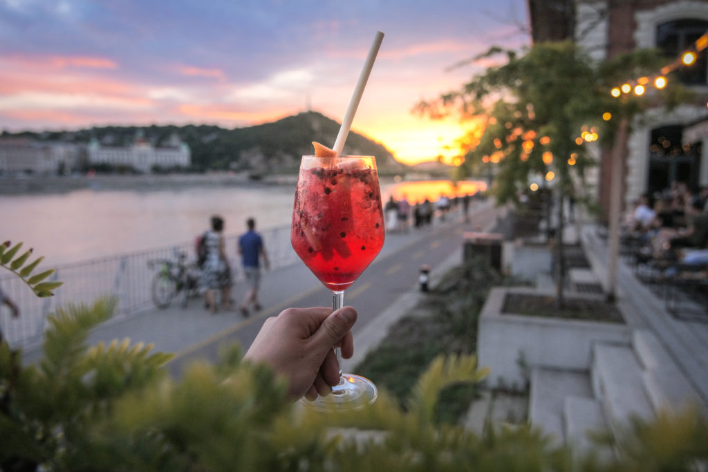 Gin Tonic koktél a legszebb budapesti panorámával